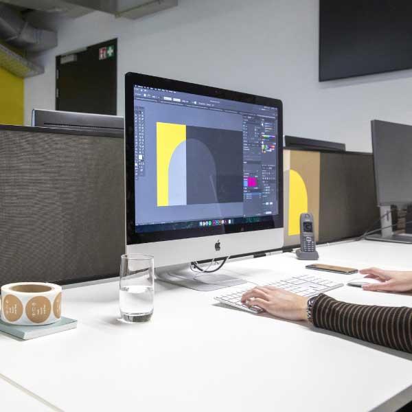 Geluidsabsorberende panelen op bureaus