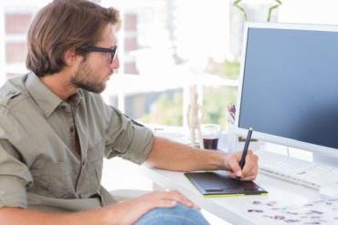 Grafische ontwerper werkt aan ontwerp